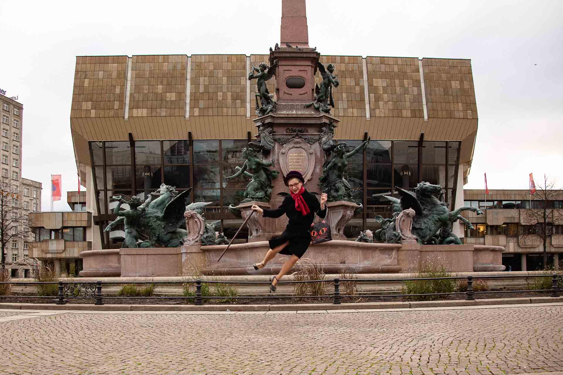 Annemarie Schmidt als Frau Oma vor dem Mendebrunnen am Gewandhaus Leipzig