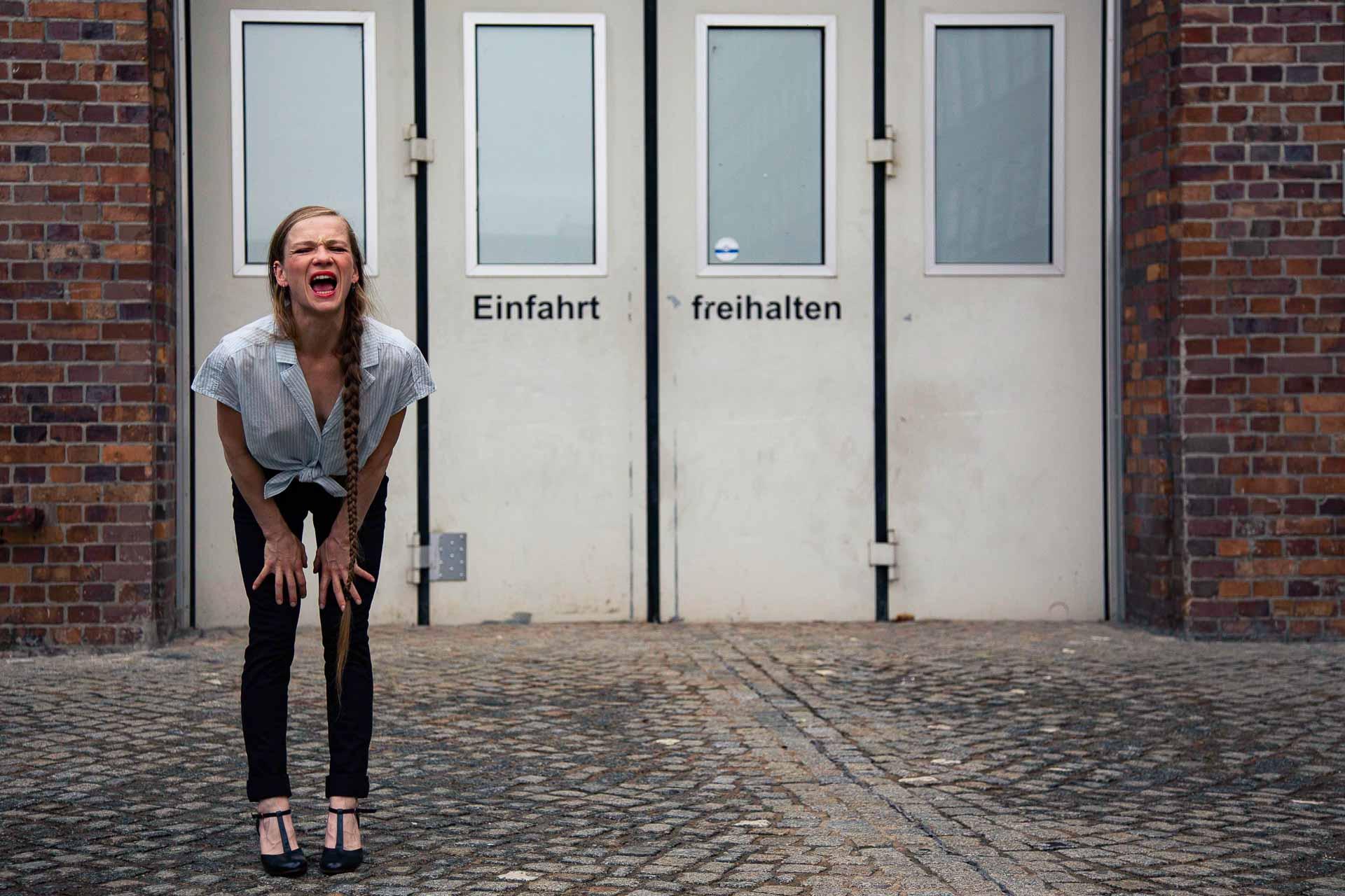 Annemarie Schmidt steht vor einer Toreinfahrt